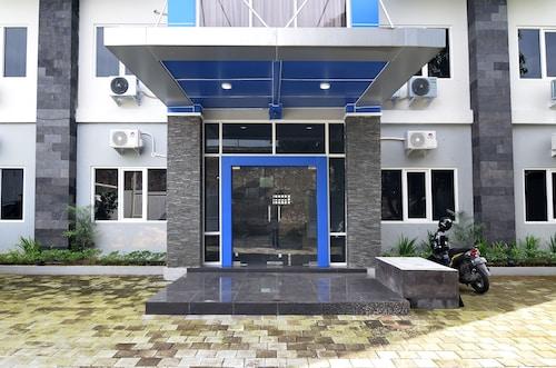 RedDoorz Plus near Museum Keraton Surakarta, Solo