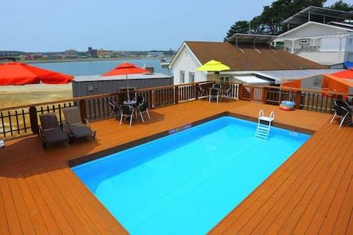 Anmyeondo Beach White House Pension, Taean
