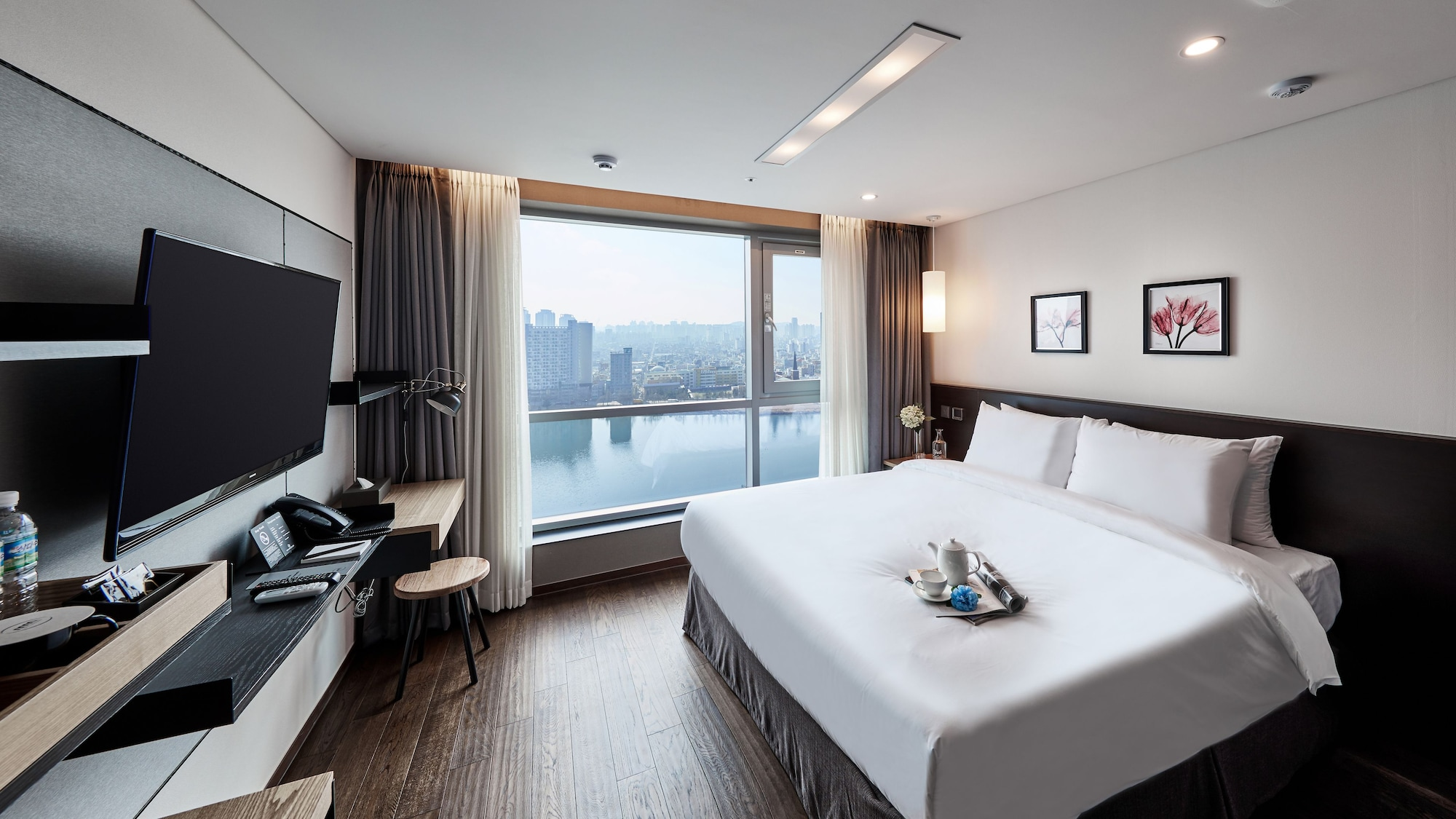 Hotel Riverside, Jung