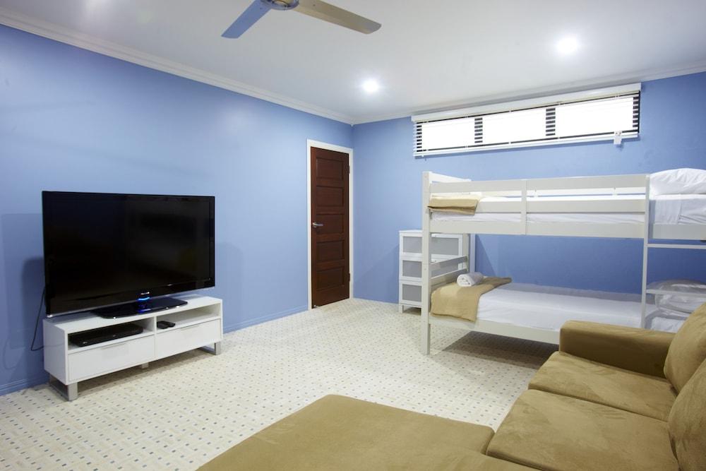 https://i.travelapi.com/hotels/24000000/23250000/23243800/23243796/8533954c_z.jpg