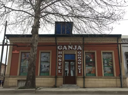 Ganja Hostel, Xanlar