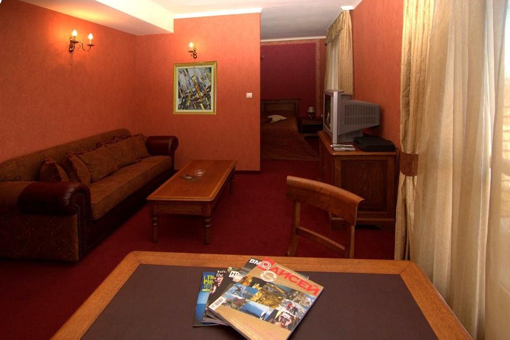 https://i.travelapi.com/hotels/24000000/23360000/23350900/23350885/c738b5be_z.jpg