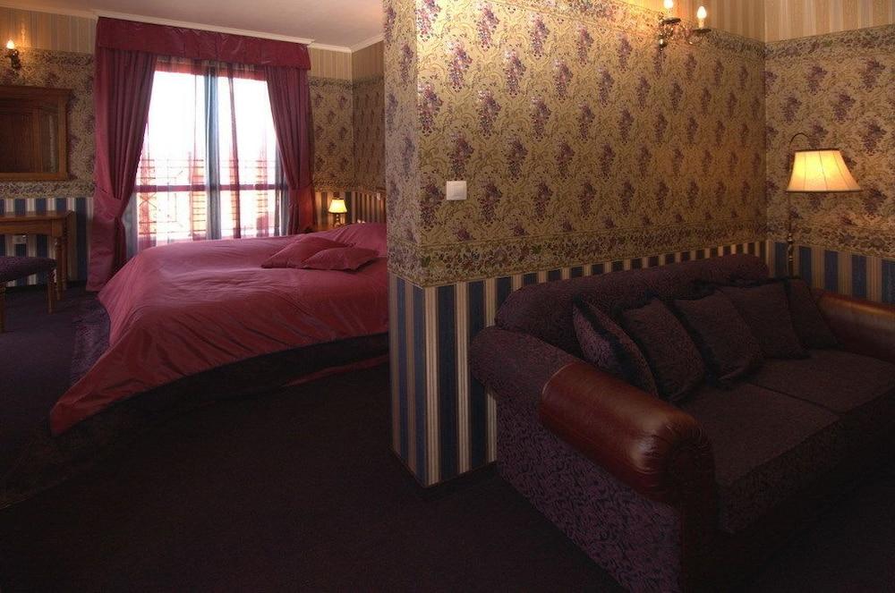 https://i.travelapi.com/hotels/24000000/23360000/23350900/23350885/ca0d5a93_z.jpg