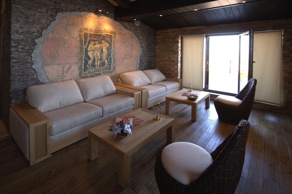 https://i.travelapi.com/hotels/24000000/23360000/23350900/23350885/e3aed9d7_z.jpg