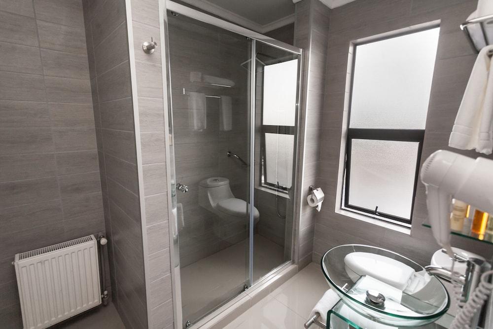 https://i.travelapi.com/hotels/24000000/23380000/23377700/23377627/97d4b524_z.jpg