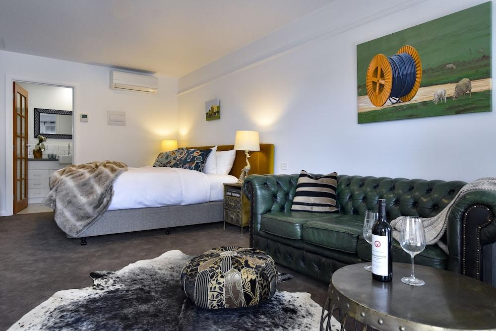 https://i.travelapi.com/hotels/24000000/23390000/23381600/23381563/fa28cb6c_z.jpg
