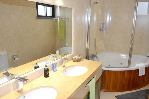 House With 3 Bedrooms in Funchal, With Wonderful sea View, Private Poo, Funchal