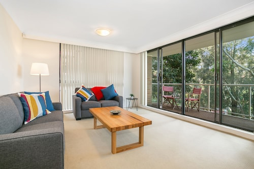 Tranquil tree top hideaway (608i), Randwick
