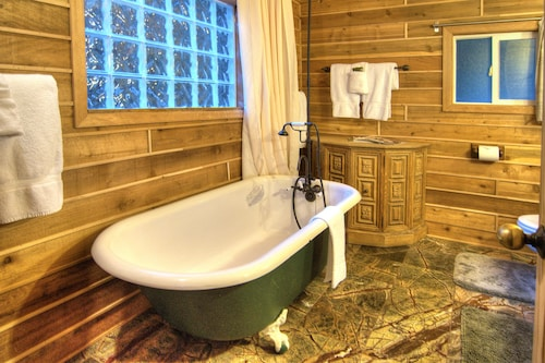 Wild Lily Magical Riverfront Retreat with Guest Cabins and Hot Tub, Snohomish
