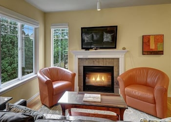 Ballard Northwesterner - Three Bedroom Townhome with Balcony