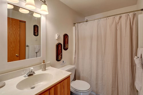 Prospector's Bend - Two Bedroom Home with Hot Tub, Snohomish