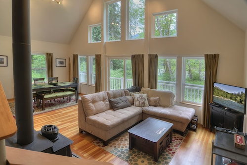 Dixie's River Retreat - Three Bedroom Cabin with River View, Snohomish