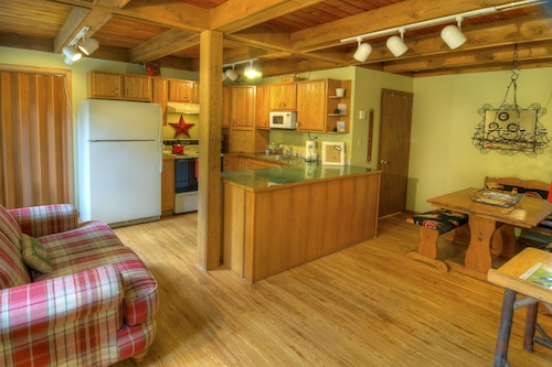 Apres Chalet - Two Bedroom Cabin with Hot Tub, King
