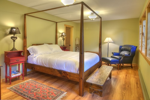 Moose Mountain Haven - Two Bedroom Cabin with Hot Tub, King