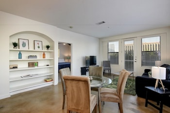 StayLo Modern 2 Bedroom Apartment