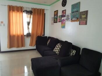 UNIT 8 4BR ZARA MYSHKA APARTELLE Living Room