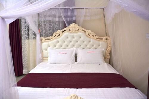 Mak-Queen Hotel, Busiiro