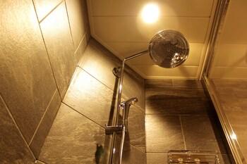 KYOTO SHINMACHI ROKKAKU HOTEL GRANDEREVERIE Bathroom Shower