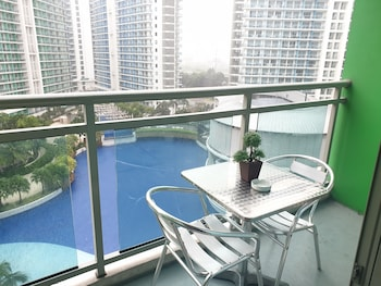 FAMILY CONDO BY IA @ AZURE URBAN RESORT RESIDENCES Terrace/Patio