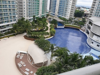 FAMILY CONDO BY IA @ AZURE URBAN RESORT RESIDENCES Outdoor Pool