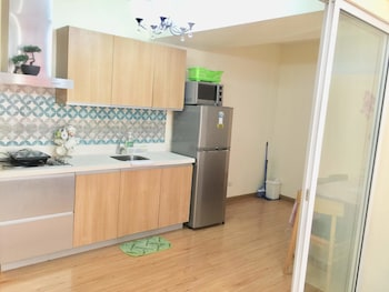 FAMILY CONDO BY IA @ AZURE URBAN RESORT RESIDENCES Private Kitchen
