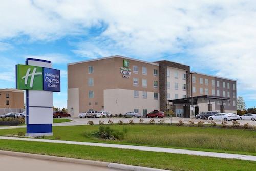 . Holiday Inn Express & Suites Marshalltown