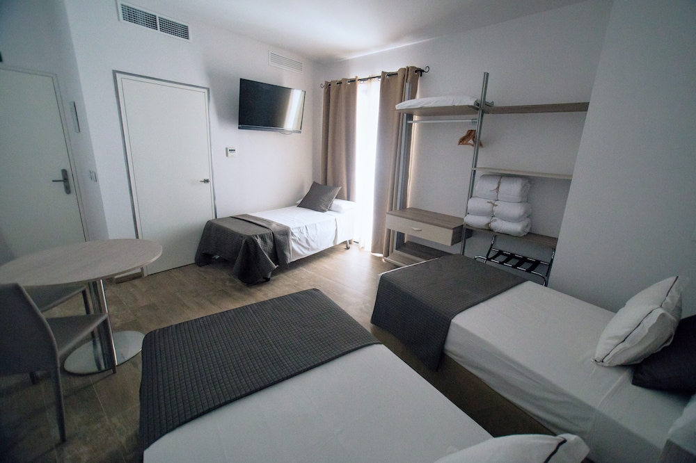 https://i.travelapi.com/hotels/24000000/23670000/23665800/23665789/b59d93be_z.jpg