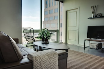 Luxury 2BR Apt In Uptown City View