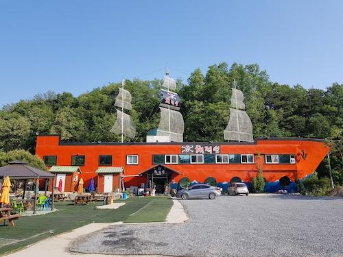 Pirate Ship Pension, Andong