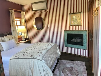 Room, Private Bathroom (Jacaranda Room)