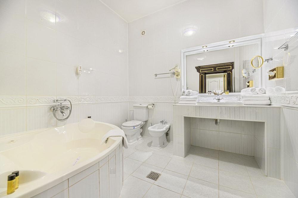 https://i.travelapi.com/hotels/24000000/23780000/23776800/23776797/19e94712_z.jpg
