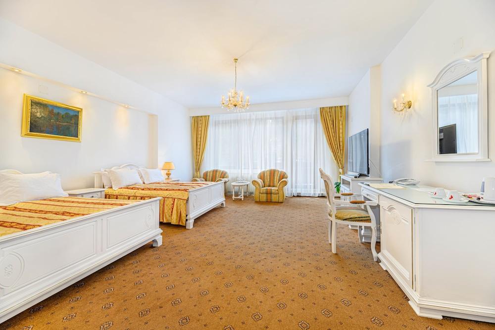 https://i.travelapi.com/hotels/24000000/23780000/23776800/23776797/7c380eaf_z.jpg