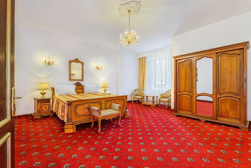 https://i.travelapi.com/hotels/24000000/23780000/23776800/23776797/cf3f5431_z.jpg