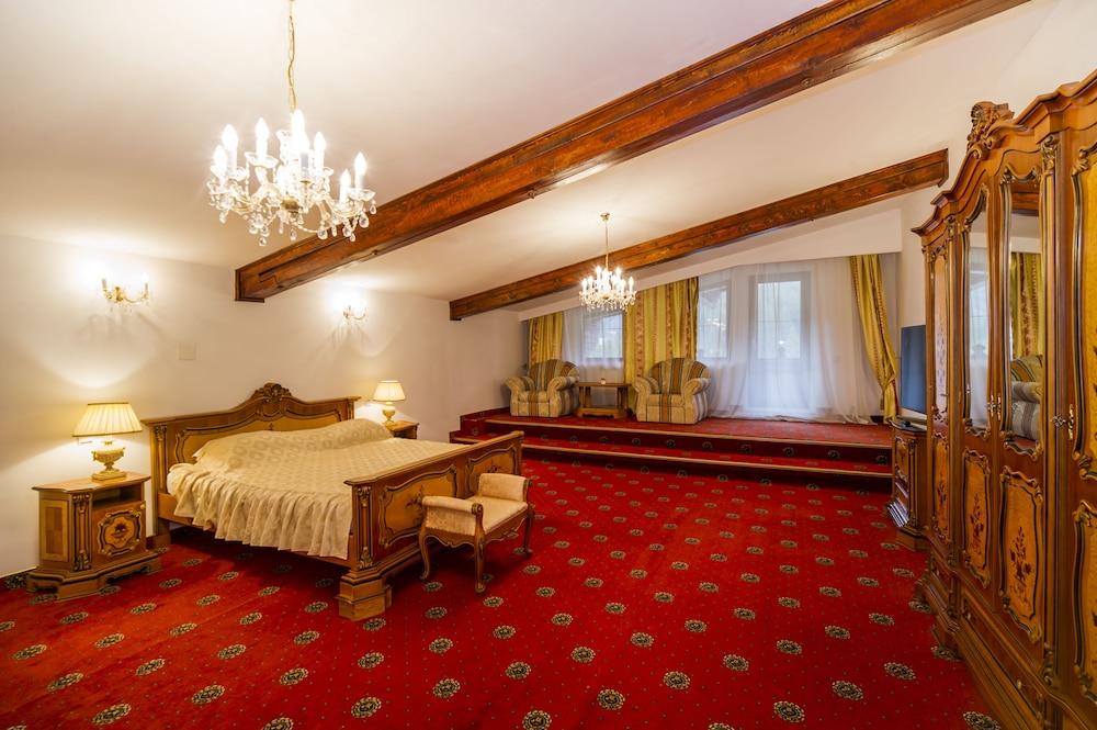 https://i.travelapi.com/hotels/24000000/23780000/23776800/23776797/fe9915c9_z.jpg