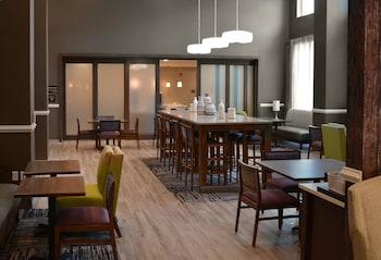 Lobby Sitting Area at Hampton Inn & Suites Philadelphia/Media in Media