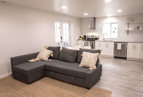 New Luxury Apt Close to Shops, Ski Resorts, and More, Salt Lake