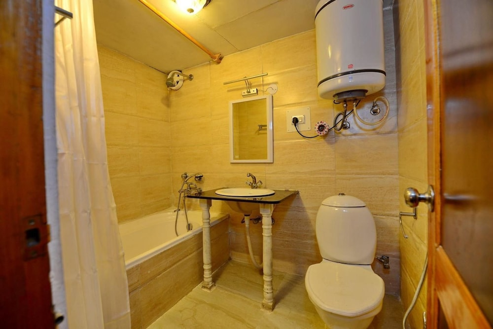 https://i.travelapi.com/hotels/24000000/24000000/23997500/23997468/daf4978a_z.jpg