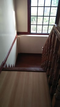 DAD'S BIG TRANSIENT HOUSE Staircase