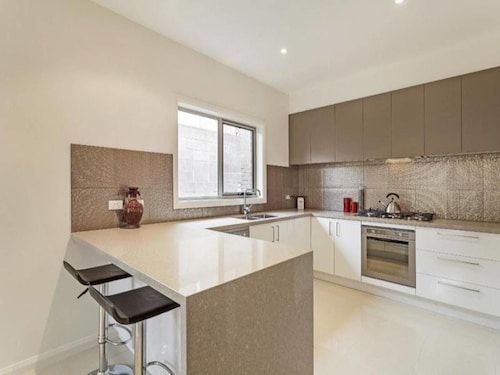 Signature Townhouse in Doncaster, Manningham - West