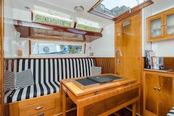 1 Bedroom Floating Home by Tower Bridge!