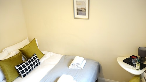 London Heathrow Airport Rooms L.L by C&P, Surrey