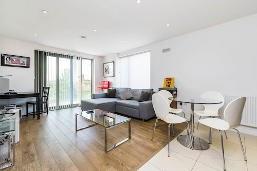 Super 1BD Flat Heart of East London, London