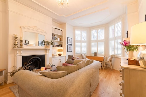 NEW Bright 2BD Flat in the Heart Alexandra Palace, London