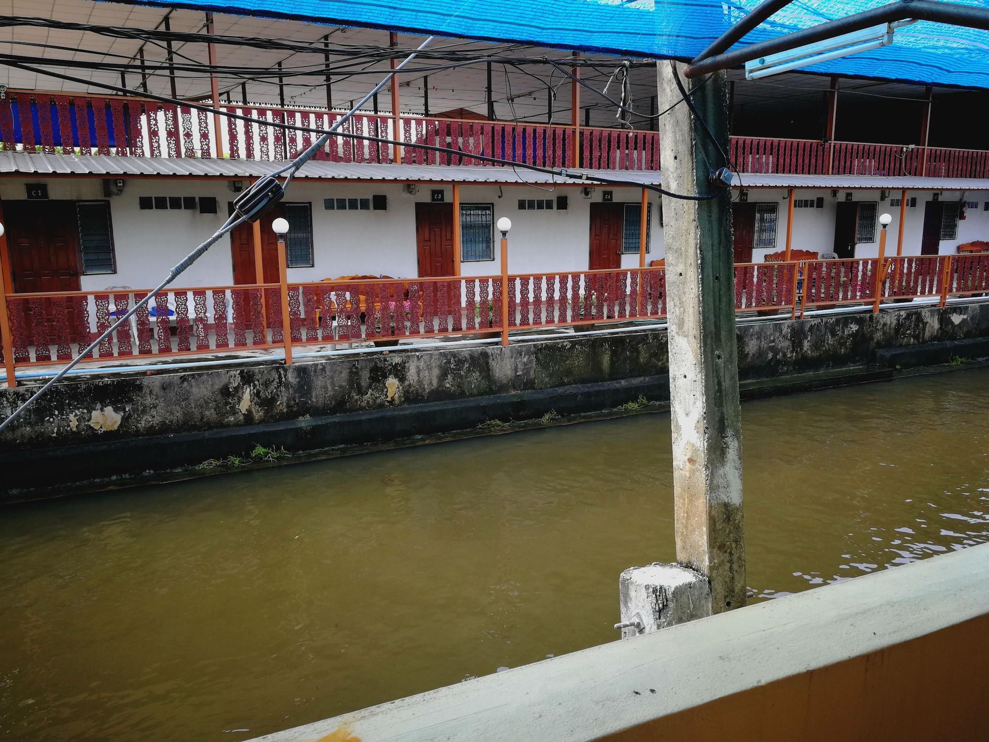 Pueng Luang Hotel, Damnoen Saduak