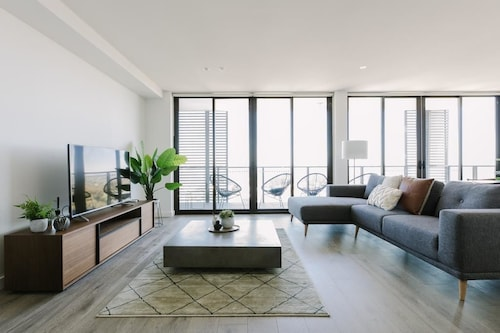 Super Spacious City View Apartments, Manningham - West