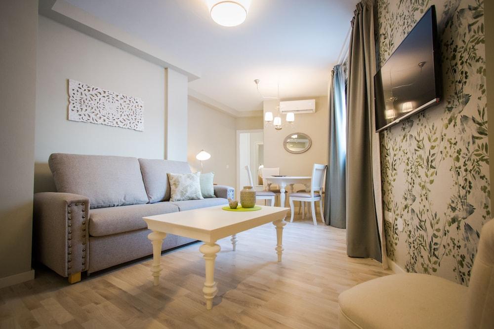 https://i.travelapi.com/hotels/25000000/24400000/24390500/24390481/2ba80e15_z.jpg