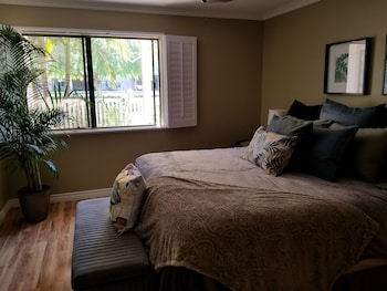Upscale Huntington Beach 1 Bdr Condo 1.5 Miles to the Beach! 1 Bedroom
