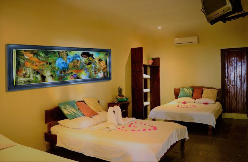 https://i.travelapi.com/hotels/25000000/24470000/24465100/24465061/19637a0b_z.jpg