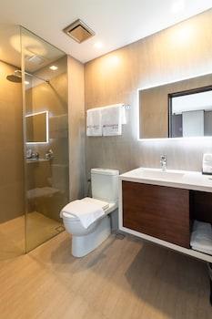 RAMADA ENCORE MAKATI Bathroom