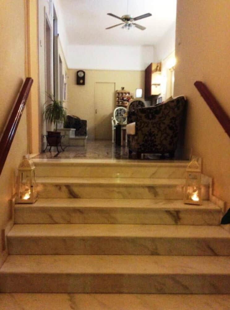 https://i.travelapi.com/hotels/25000000/24900000/24893100/24893096/a234dcd4_z.jpg